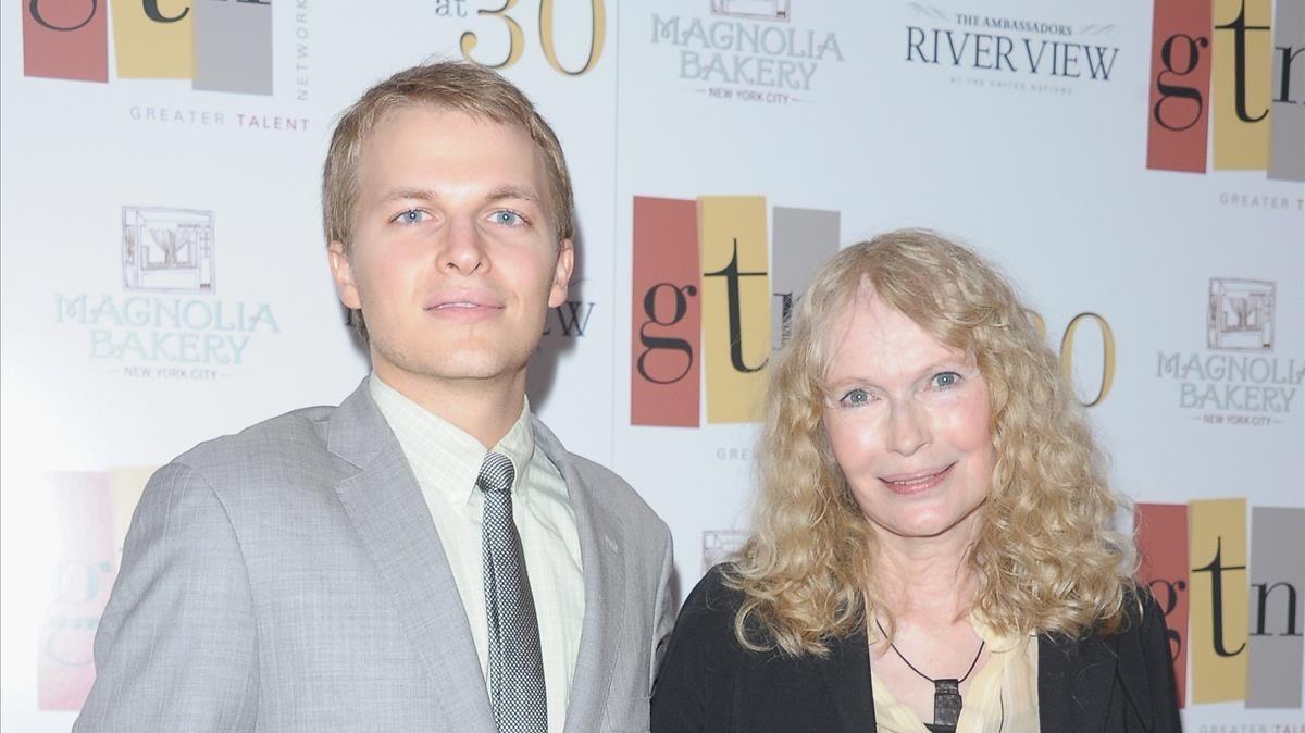 Ronan Farrow con su madre, Mia Farrow, en una ceremonia en Nueva York, en el 2012.