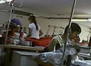 Un menor sirio trabajando en una planta textil en Turqu�a, en el reportaje de la televisi�n p�blica brit�nica.