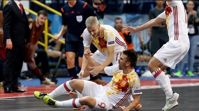 �lex celebra en el suelo el gol que ha abierto el marcador en la final de Espa�a ante Rusia.
