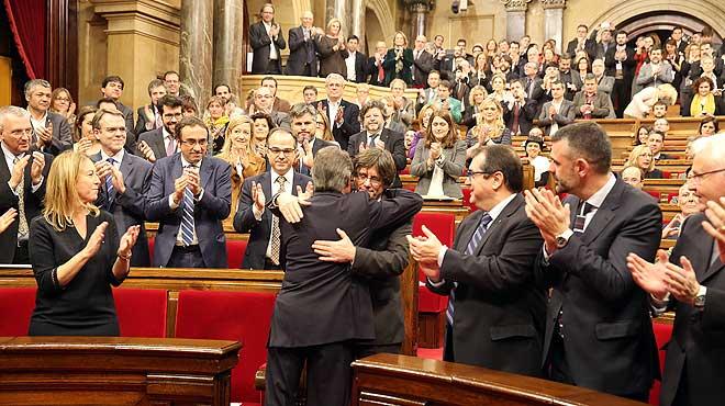Aplauso para Artur Mas en el inicio del pleno de investidura de Carles Puigdemont.