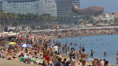 Ba�istas en la playa de la Barceloneta, en Barcelona.