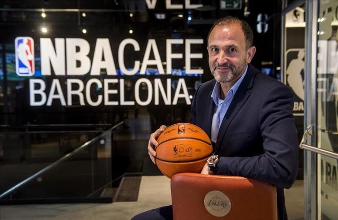 Chus Bueno posa en la entrada del café temático que la NBA ha abierto en Barcelona
