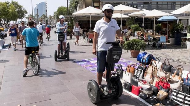 Ciutat Vella vetará los patinetes eléctricos y los 'segways' de uso turístico