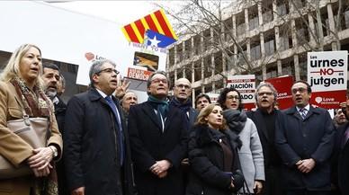 La comitiva de apoyo a Homs, este lunes en Madrid.