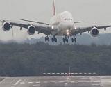 Dram�tico aterrizaje de un A380 azotado por un vendaval en Alemania.