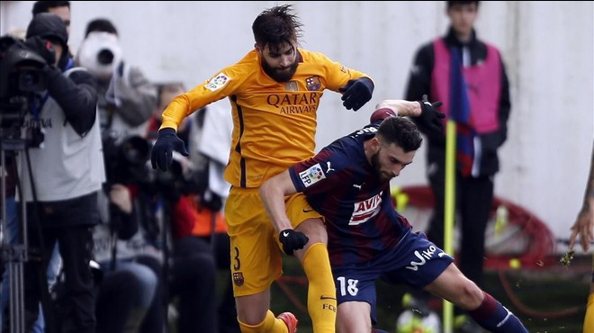 Pique porta el 'periscope' a l'avió del Barça