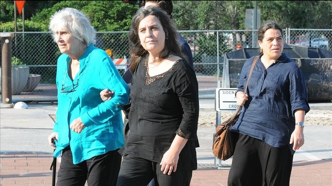 Joan Turner de Jara, viuda de V�ctor Jara, entra en el tribunal acompa�ada de sus hijas Manuela (centro) y Amanda (derecha).