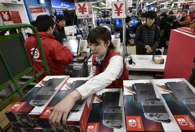 Cajas de la Nintendo Switch, en una tienda de electrónica de Tokio (Japón).