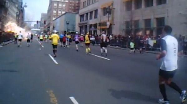 Una corredora va gravar la primera explosió de Boston des de la recta de meta. YOUTUBE