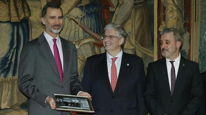 El rey Felipe VI con el delegado especial del Estado en el Consorci de la Zona Franca, Jordi Cornet, y el segundo teniente de alcalde de Barcelona,Jaume Collboni.