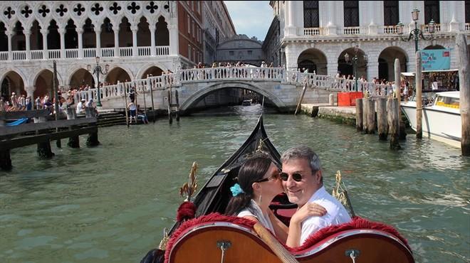 Macchiarini, en compa��a de la productora de televisi�n Benita Alexander, en Venecia, en una foto divulgada por ella misma.