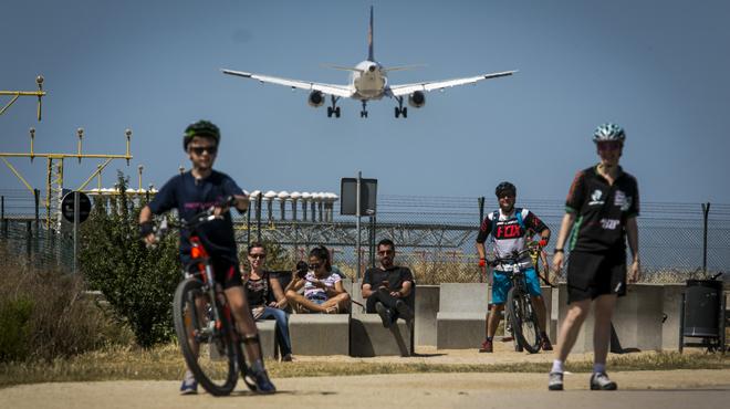 Manifest de sis alcaldes contra les molèsties que causen els avions del Prat