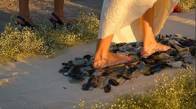 Novia modelo de la empresa Wedding Glass caminando sobre cristales rotos.