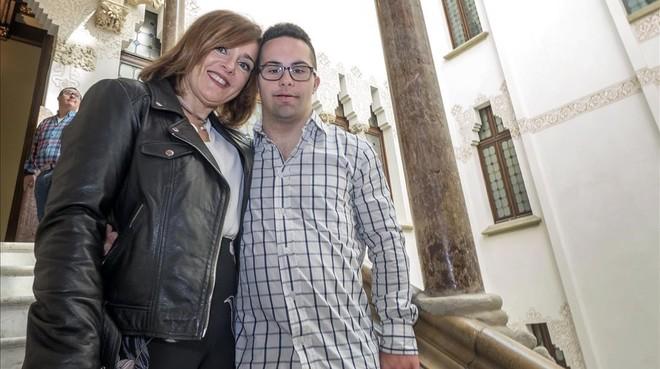 Yolanda Martínez con su hijo Nil Taher, de 24 años y participante en el proyecto Down Alzheimer Barcelona Neuroimaging Initiative (DABNI), impulsado por la Obra Social 'la Caixa' y el hospital barcelonés de Sant Pau.