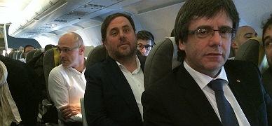Puigdemont, Junqueras y Romeva, en el avión rumbo a Bruselas.