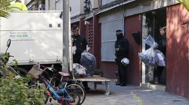 Agentes de la Guardia Urbana de Barcelona, en un registro.