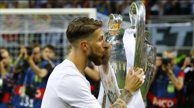 Sergio Ramos besa la 11� Copa de Europa del Madrid, conquistada ante el Atl�tico de Madrid en Mil�n.