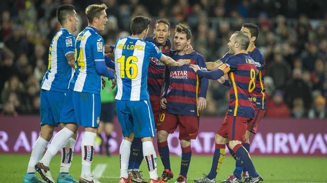 Tangana entre los jugadores del Bar�a y el Espanyol.