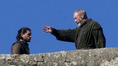 Los actores Kit Harington, como Jon Nieve, y Liam Cunningham, Lord Davos Seaworth en el rodaje de 'Juego de tronos' en San Juan deGaztelugatxe.