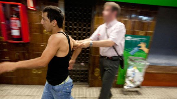 Un empleat del metro de Barcelona reté un presumpte lladre.