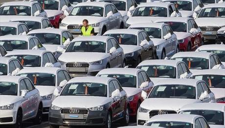 Trabajadores entre centenares de Audi A1 en la factoría de Bruselas.