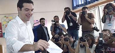"""Tsipras afirma que el pueblo griego """"toma en sus manos su destino"""""""