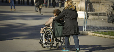 Una mujer en silla de ruedas por las inmediaciones de Arc de Triomf, este lunes.