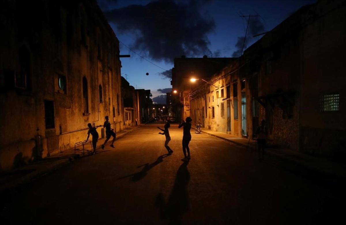 Uns nens juguen en un carrer al centre de .'Havana.