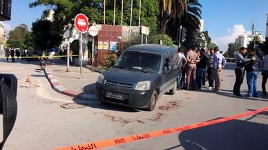 Un gihadista apunyala dos policies a Tunis