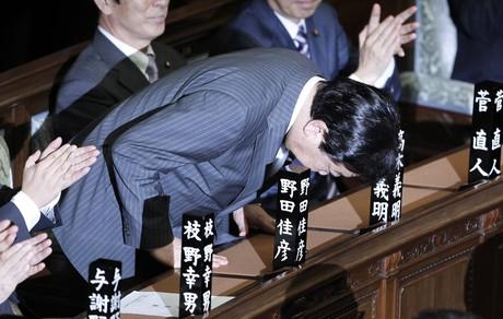 Yoshihiko Noda saluda a los diputados tras ser elegido primer ministro, el martes, en Tokio.