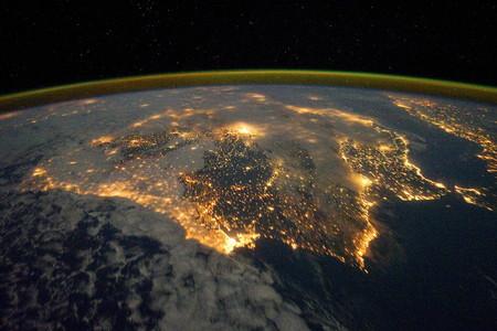 La península Ibérica, de noche, con Portugal en primer término.