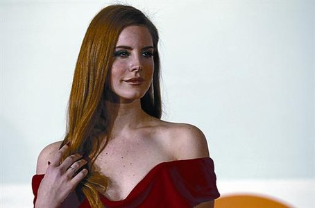 Lana del Rey, a su llegada a la gala de los premios Brit, el 21 de febrero.