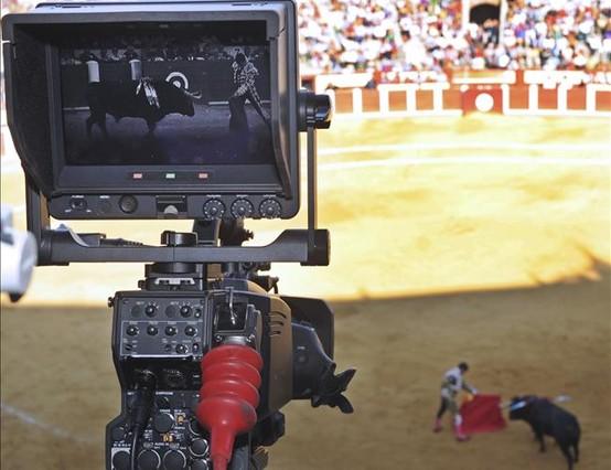 Una cámara retransmite una de las corridas de toros de la Feria de Valladolid. AP / ISRAEL L. MURILLO