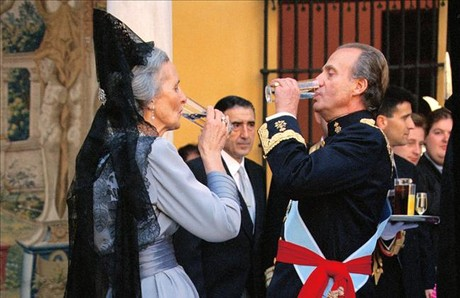 El Rey y la madre de Jaime de Marichalar, en la boda de la infanta Elena.