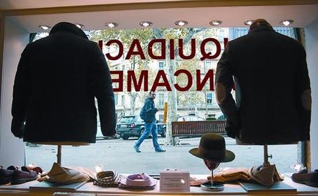 El escaparate 8 En el vidrio del aparador se anuncia la liquidación por cierre del establecimiento ubicado en la Pedrera.