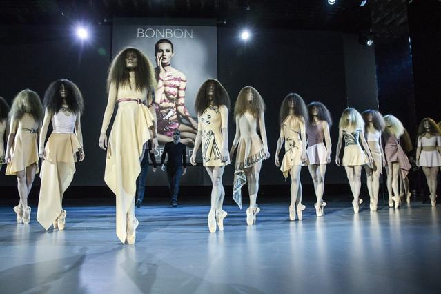 Las modelos lucen las piezas de látex de la colección de Viktor&Rolf.
