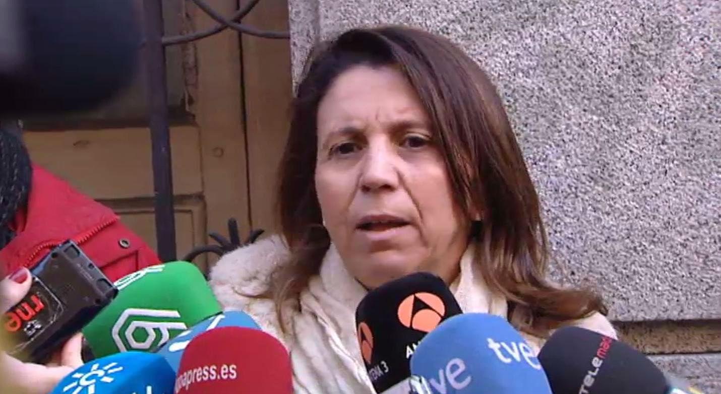 Las víctimas del terrorismo critican que el lehendakari se haya desplazado a Madrid para mostrar su apoyo a los verificadores internacionales.