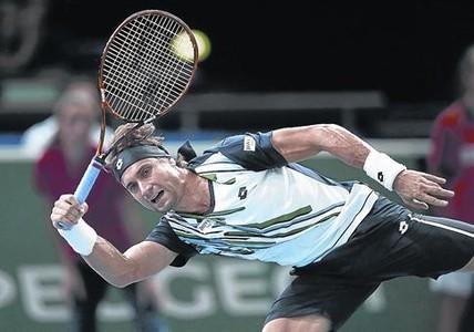 Ferrer devuelve forzado una derecha, ayer, durante su dram�tico partido contra Nishikori.