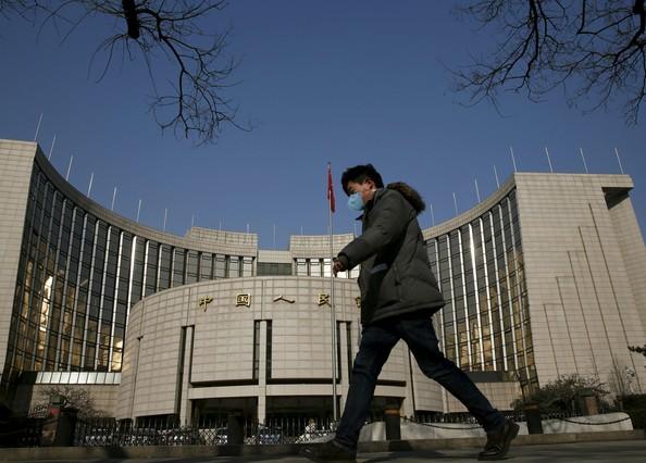 Un hombre pasa por delante de la sede del Banco Central de China, este martes en Pekín.