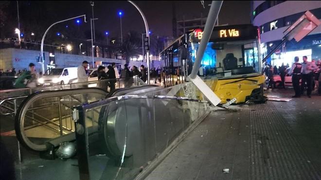 Un autobús sense conductor s'estampa contra una boca de metro a Santa Coloma