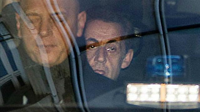 Sarkozy (detrás), a su llegada al tribunal de París para declarar por el caso Bygmalion.