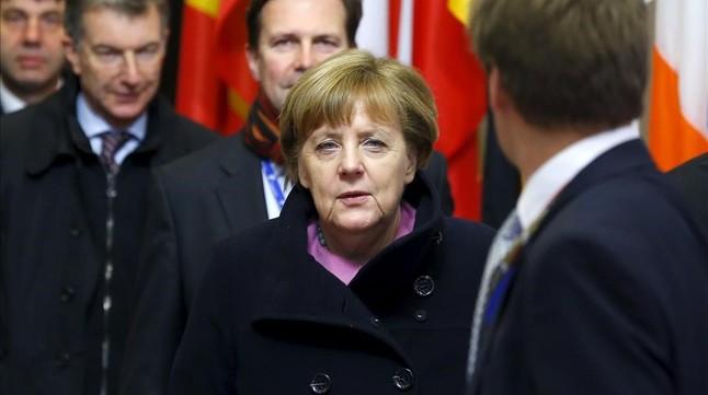 La cancillera alemana Angela Merkel abandona la sede del Consejo Europeo.