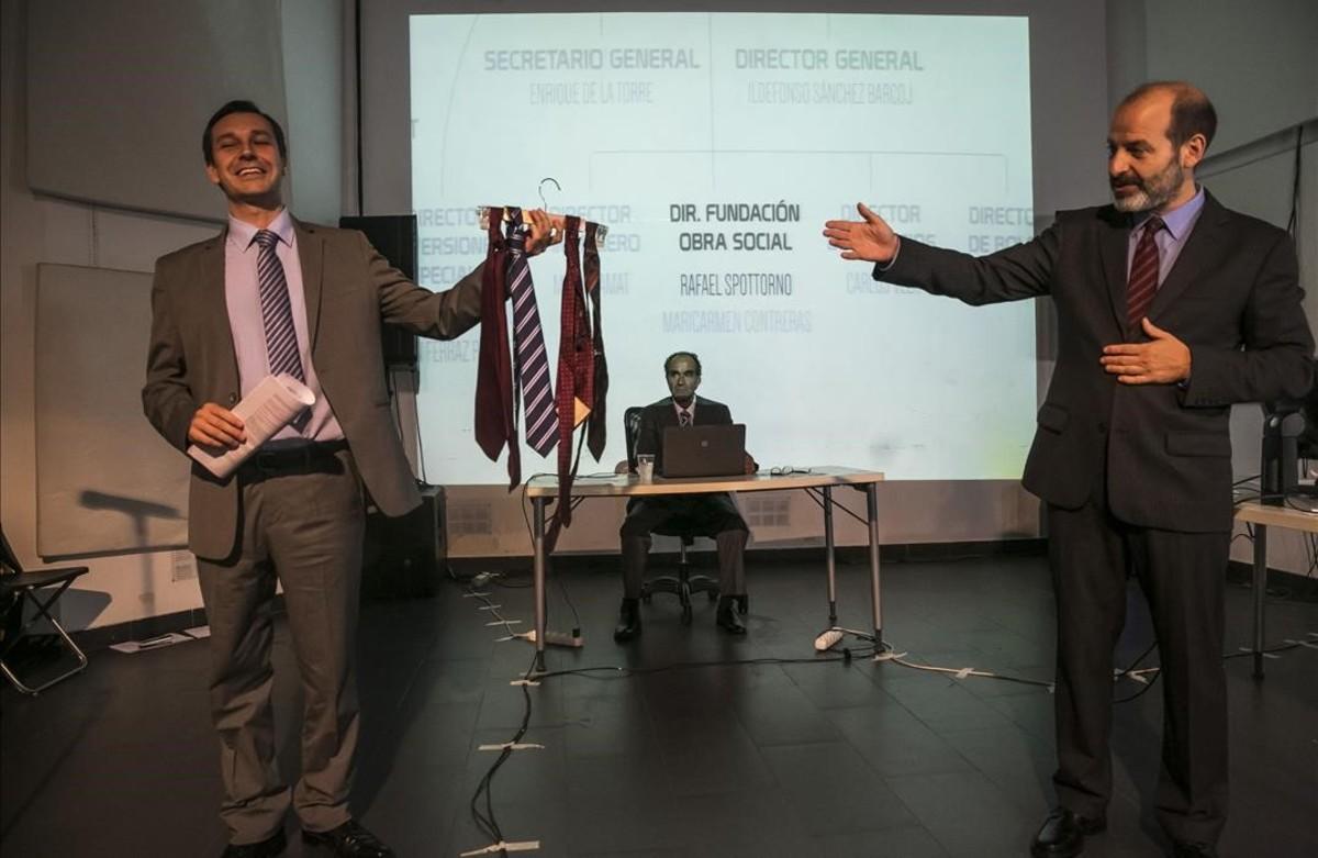 Elies Barberà, Albert Pérez y Josep Julien (de izquierda a derecha), en un ensayo de Hazte banquero, sobre los correos reales del expresidente de Caja Madrid Miguel Blesa, que estrena el Poliorama en el marco del festival Grec.