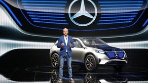 El presidente de Daimler, Dieter Zetsche, presenta el modelo eléctrico Mercedes EQ en el Salón de París.