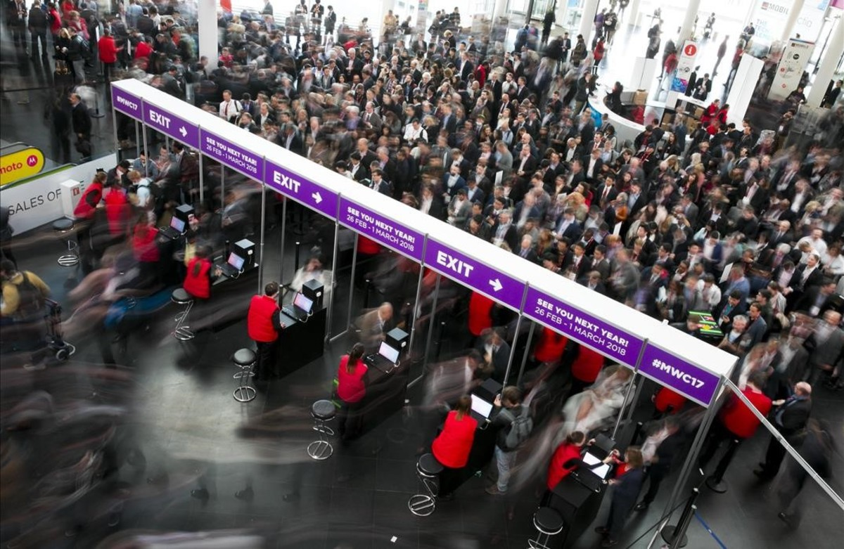 Entrada dels participants del Mobile World Congress a la Fira de Gran Via.