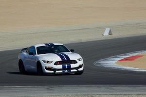 Al volante del Ford Shelby GT350R Mustang.