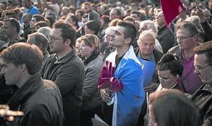 Seguidores de Le Pen, el pasado jueves,<br/>en un mitin en Ennemain (Picardía).