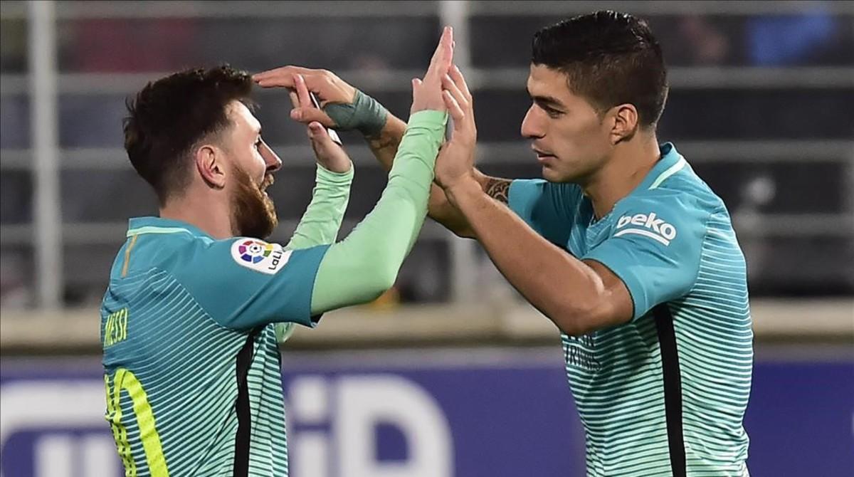 Luis Suárez y Messi celebran un gol del uruguayo