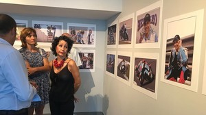 Maria Horrach, madre del desaparecido piloto mallorquín Luis Salom, emocionada ante las fotografías de su hijo.