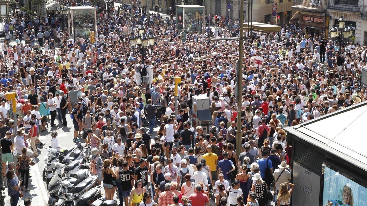 Centeranes de personas reunidas en el mosaico del Pla de lOs